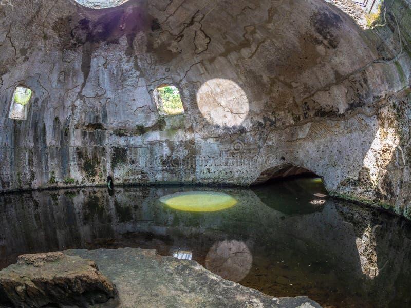 Arkeologiskt parkera av Baia, tempel av Mercury royaltyfria bilder