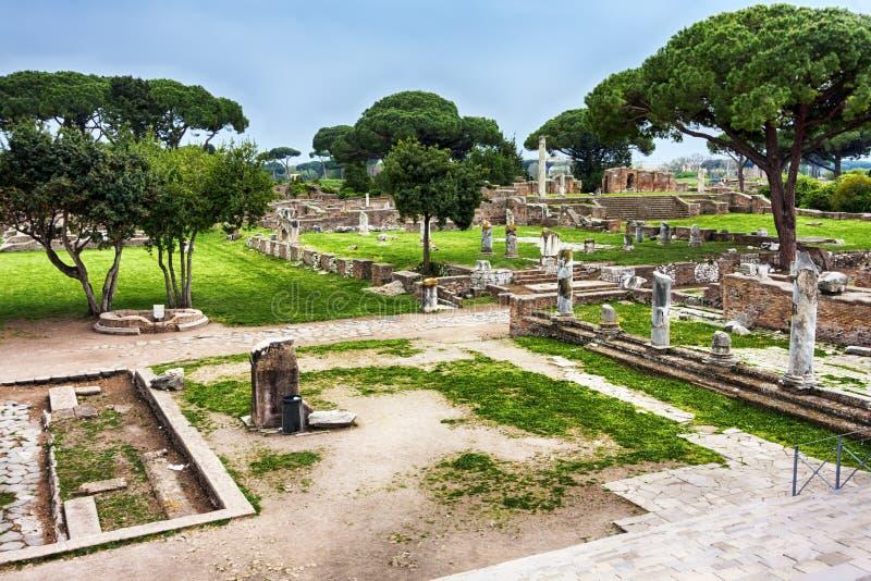 Arkeologiskt romerskt platslandskap i Ostia Antica - Rome royaltyfria foton
