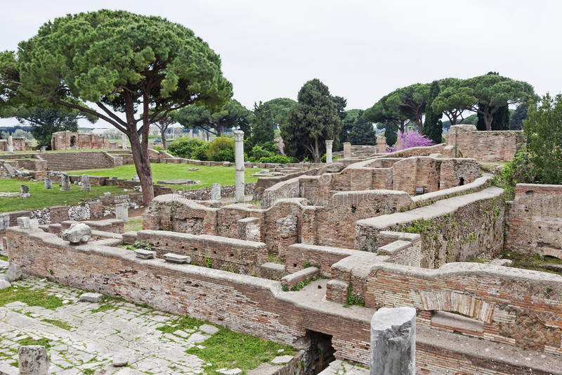 Arkeologiskt romerskt platslandskap i Ostia Antica - Rome - Ita royaltyfria foton