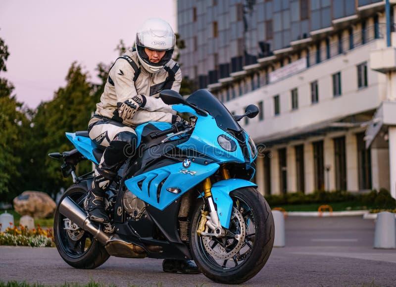 ARKHANGELSK, FEDERAÇÃO RUSSA - 4 DE SETEMBRO: Motociclista em uma bicicleta do esporte de BMW S 1000 RR dentro no por do sol, o 4 fotografia de stock royalty free