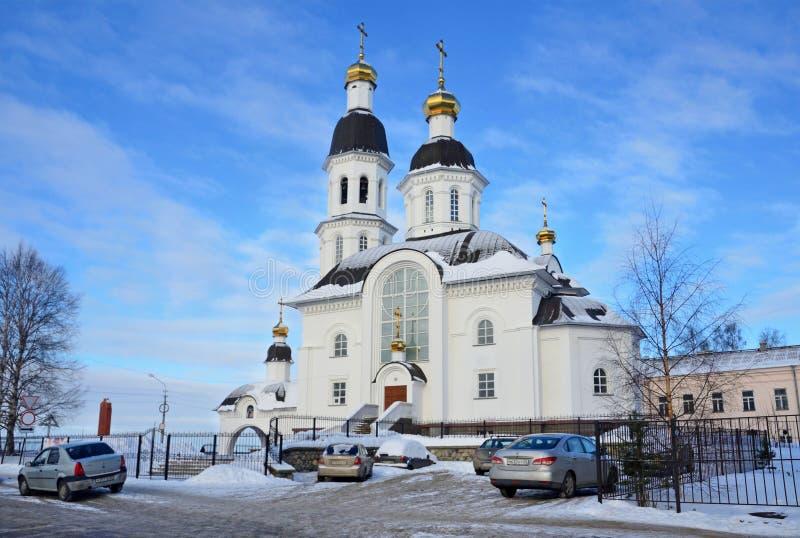 Arkhangelsk, Rússia, fevereiro, 20, 2018 Carros perto da igreja da suposição da mãe da igreja de Uspenskaya do deus em Arkhan imagem de stock royalty free