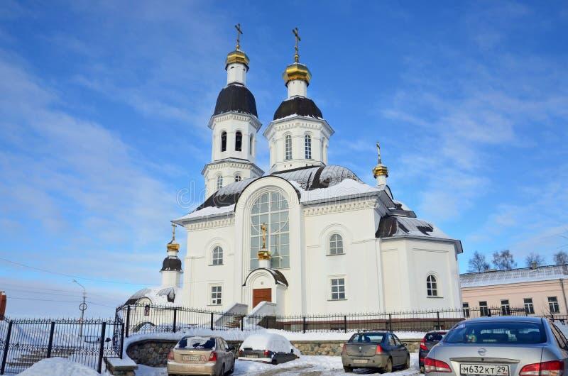 Arkhangelsk, Rússia, fevereiro, 20, 2018 Carros perto da igreja da suposição da mãe da igreja de Uspenskaya do deus em Arkhan fotos de stock