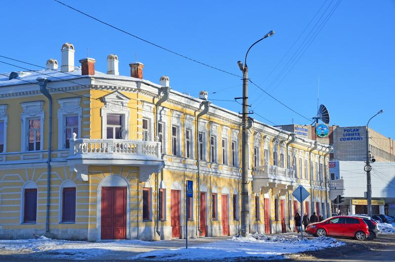 Arkhangelsk, Rosja, Luty, 20, 2018 Zabytek urbanistyka i architektura - handlowy budynek 18-19 wieków Nie zdjęcie stock