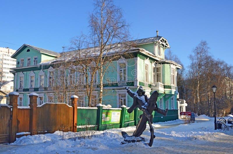 Arkhangelsk, Rusia, febrero, 20, 2018 Gente que camina cerca de la casa de Chudinov, construida en 1904 año en la avenida de Chum imagen de archivo libre de regalías