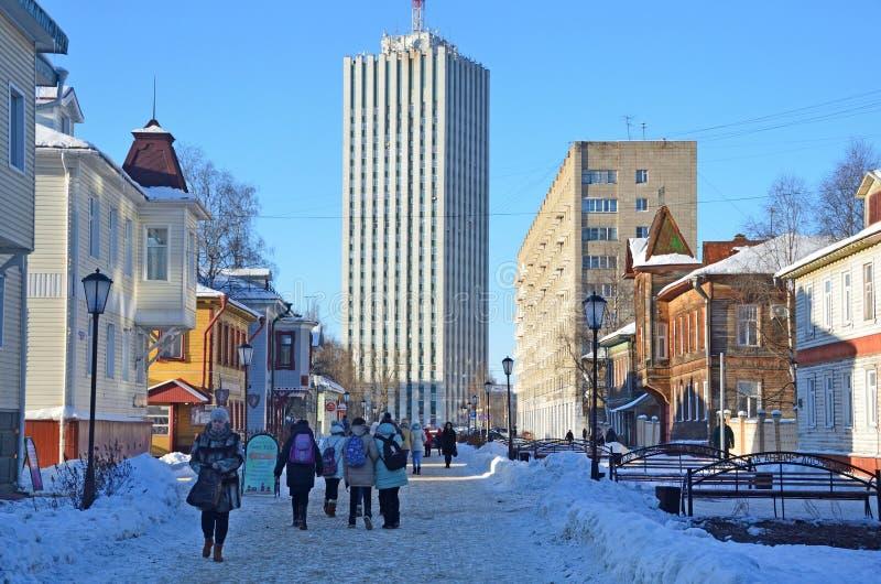 Arkhangelsk, Rusia, febrero, 20, 2018 Gente que camina en la perspectiva de Chumbarov-Luchinsky por la tarde en invierno en Arkha imagenes de archivo