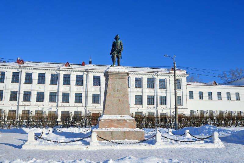 Arkhangelsk, Rusland, 20 Februari, 2018 Monument aan Peter I 1914 jaar op de achtergrond van de middelbare school 4 wordt in 1 wo royalty-vrije stock foto