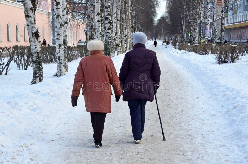 Arkhangelsk, Rusland, 20 Februari, 2018 Twee bejaarden die in het Park op de straat van Loginov in Arkhangelsk in de winter lopen stock foto's