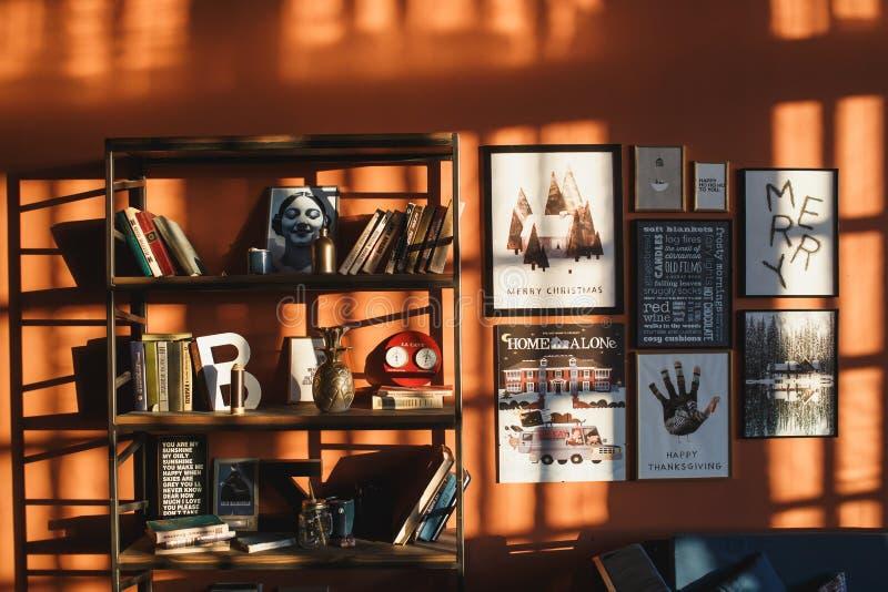 Arkhangelsk, Rusland, 26 November, 2018: Uitstekend binnenland met een boekenkast, affiches, foto's en het van letters voorzien i stock afbeelding