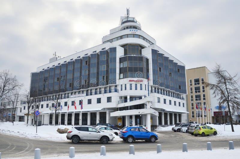 """Arkhangelsk, Russie, février, 20, 2018 Des voitures sont garées à l'hôtel """"PUR-Navolok """"4 étoiles en hiver dans Arkhangelsk image libre de droits"""