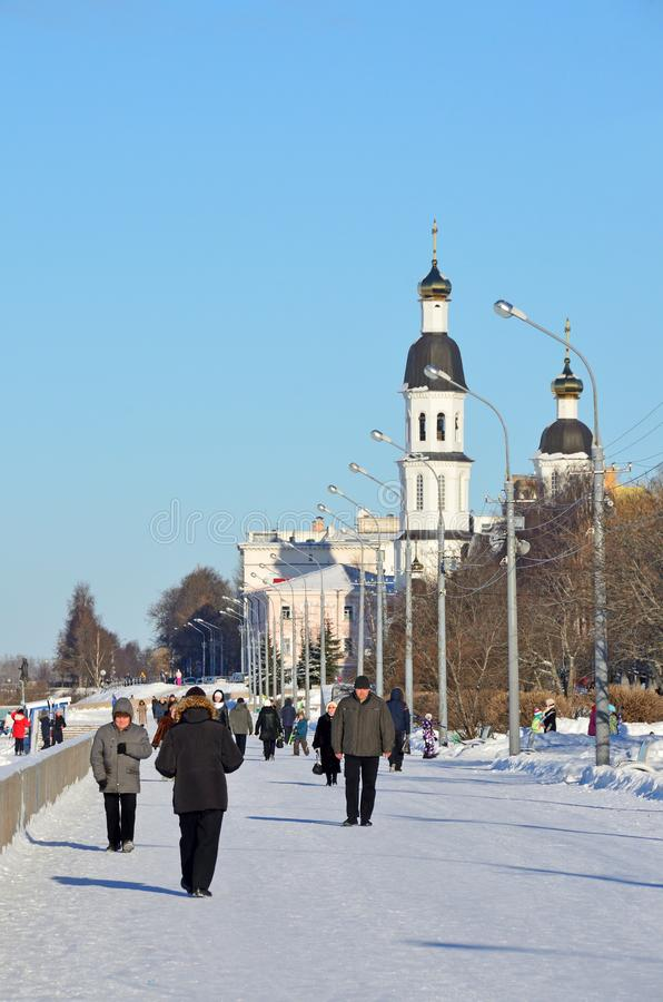 Arkhangelsk, Russie, février, 20, 2018 Les gens marchant le long du remblai de la rivière du nord de Dvina sur le fond du image stock