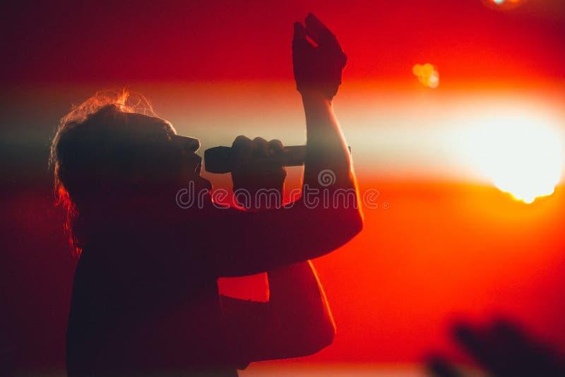 ARKHANGELSK, RUSSLAND - 14. APRIL 2014: Schattenbild des Rocksängers Live auf Stadium Hohes körniges Bild ISO lizenzfreies stockbild