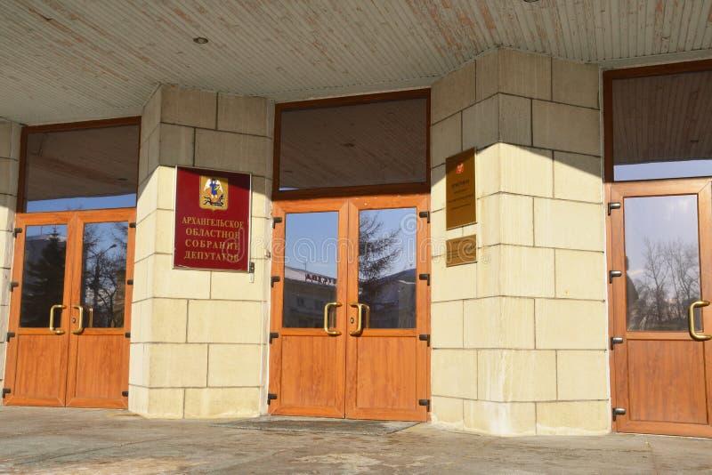 Arkhangelsk, Russland, Februar, 20, 2018 Zeichen am Eingang zum Gebäude 'Arkhangelsk-Regionalversammlung von Abgeordneten und 'vo lizenzfreie stockfotos
