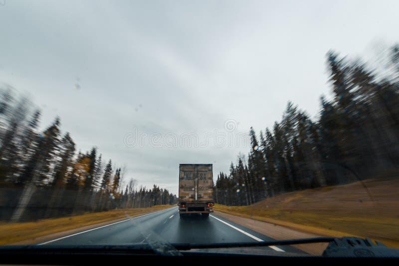 Arkhangesk, Russland - 11. Oktober 2017: LKW auf HerbstWaldweg am Hochgeschwindigkeits-Antrieb Ansicht des Windfanges stockbild