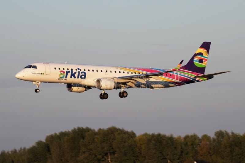 Arkia Israeli Airlines Embraer 195 4X-EMF passagerarplan ankomst och landning på Budapests flygplats royaltyfria bilder
