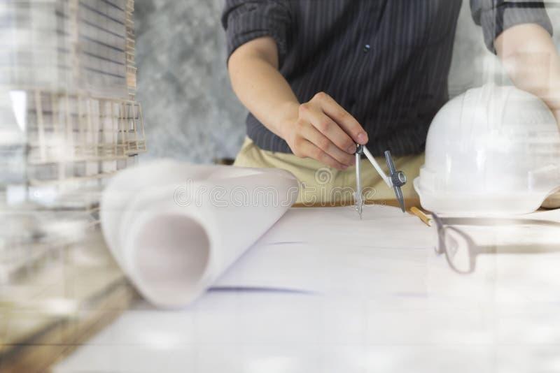 Arkitekt eller tekniker som i regeringsställning arbetar, konstruktionsbegrepp E fotografering för bildbyråer