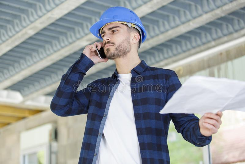Arkitekt i egenskap som talar på telefonen royaltyfri bild