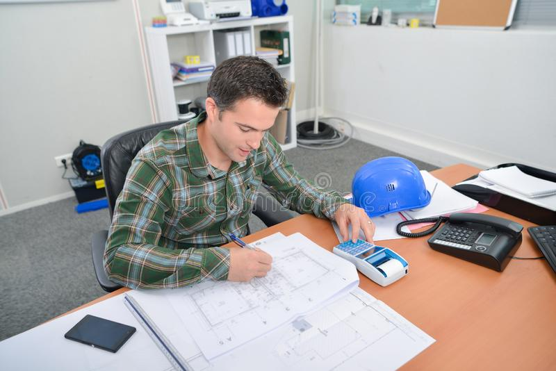 Arkitekt som arbetar på plan royaltyfria bilder