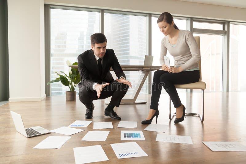 Arkitekt som förklarar konstruktionsplan till klienten royaltyfri foto