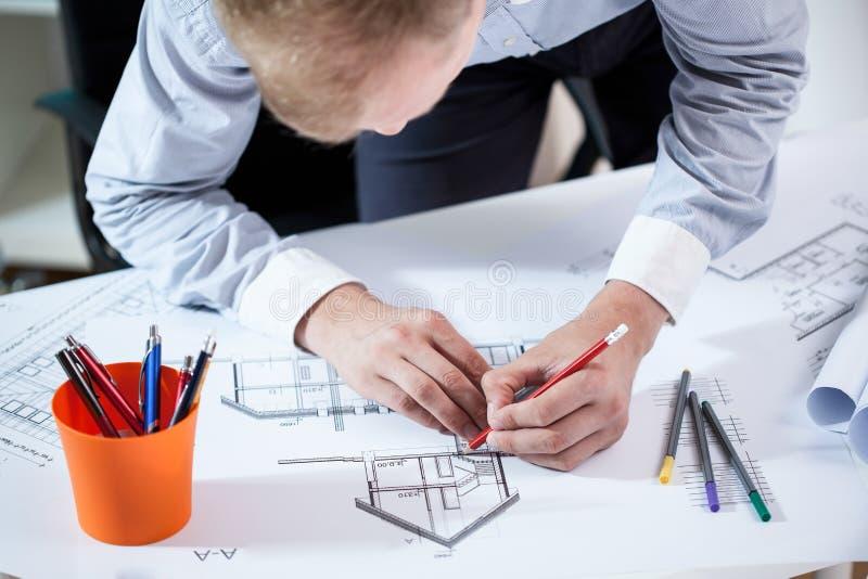 Arkitekt som planlägger byggnaden royaltyfri foto