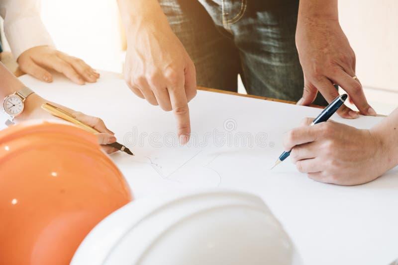 Arkitekt Team Brainstorming Planning Design, väg-och vattenbyggnadsingenjörske arkivfoton
