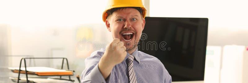 Arkitekt Working p? byggande ritning p? kontoret arkivfoton