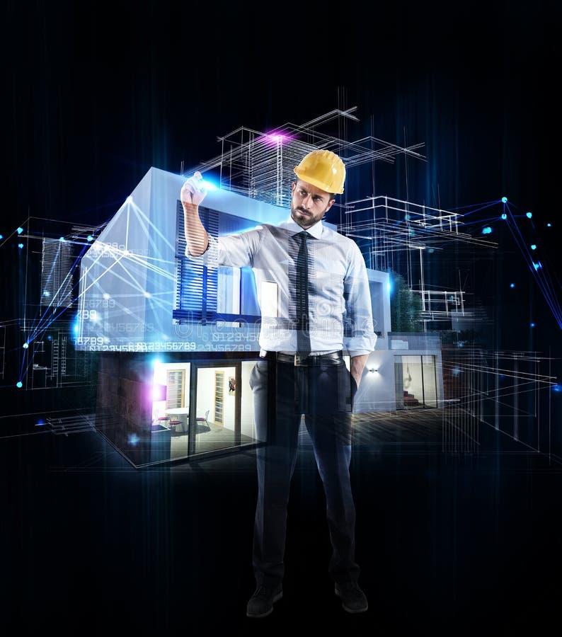 Arkitektaffärsman som drar en skissa av ett modernt hem arkivbild