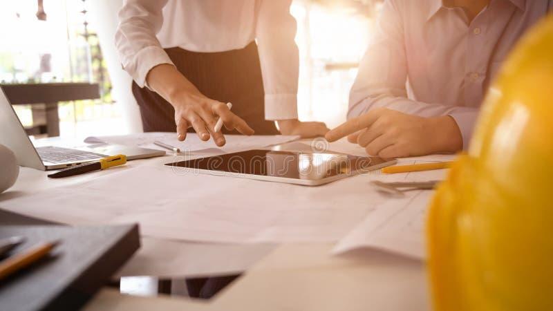 Arkitekten som formgivare diskuterar, skissar ritningen arkivfoton