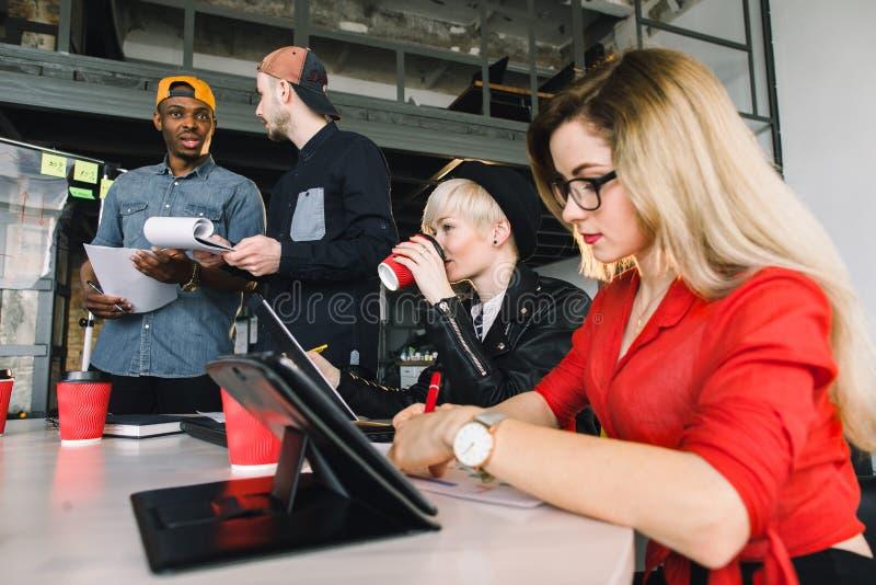 Arkitekter, DET arbetare eller formgivare som sitter på tabellmötet med bärbara datorer och minnestavlor Framställning för två id royaltyfri fotografi