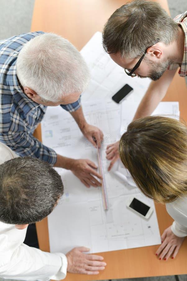 Arkitekter i gruppmöte royaltyfria bilder