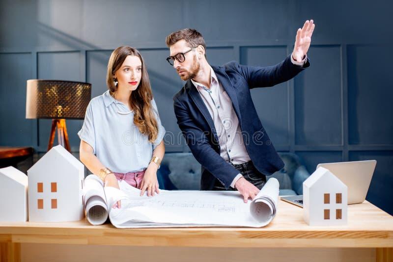 Arkitekter som arbetar i kontoret royaltyfria bilder