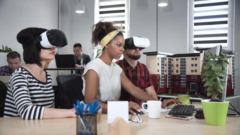 Arkitekter som arbetar i VR-exponeringsglas arkivfoto