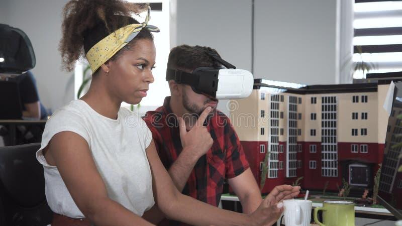 Arkitekter som arbetar i VR-exponeringsglas royaltyfria bilder