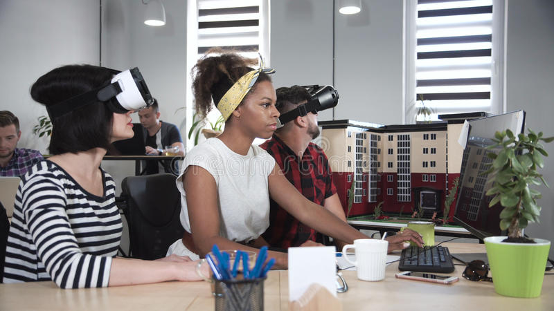 Arkitekter som arbetar i VR-exponeringsglas royaltyfri bild
