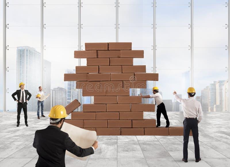 Arkitekter som arbetar på ett projekt royaltyfri bild