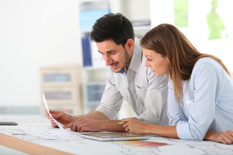 Arkitekter som arbetar på kontoret arkivbild