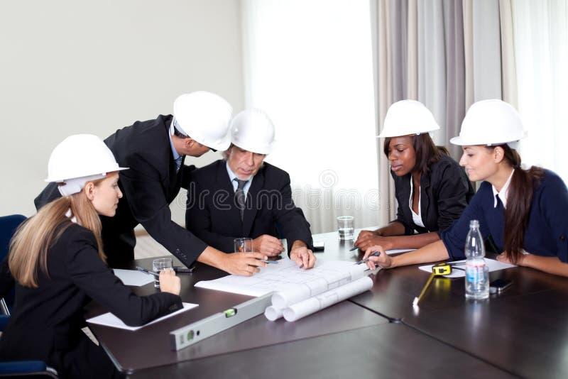 arkitekter som diskuterar den lyckade gruppen arkivbild