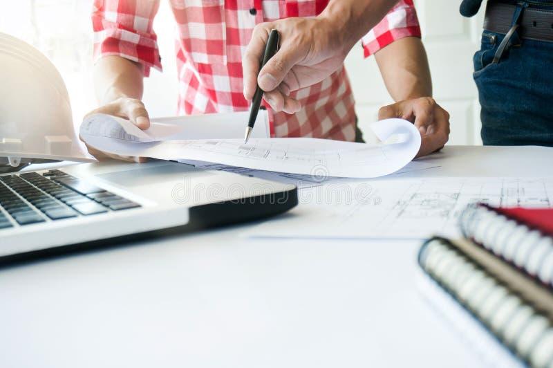 Arkitekter som tillsammans arbetar på ritningbyggnadsprojekt begrepp för teknikerTeam arbete royaltyfria foton