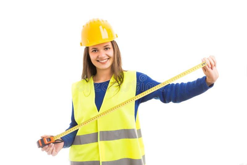 Arkitektinnehav för ung kvinna som mäter bandet arkivfoton