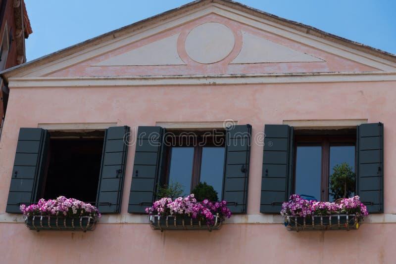 Arkitektonisk detalj av det traditionella huset i Venedig, Italien arkivfoton