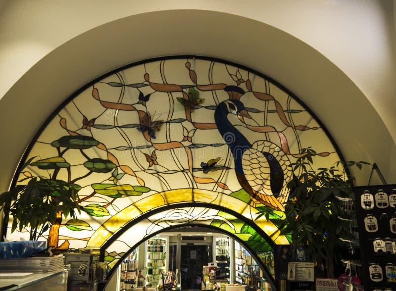Arkitektonisk detalj av målat glass i den gamla staden av Sorrento Italien royaltyfria foton