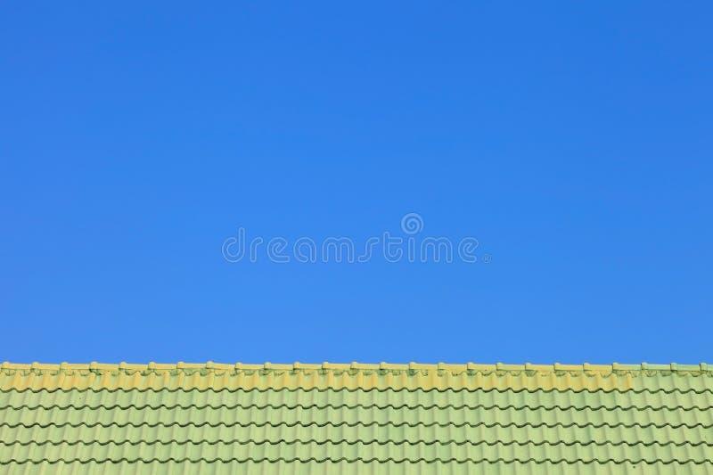 Arkitektonisk detalj av metall som taklägger på kommersiell konstruktion arkivfoto