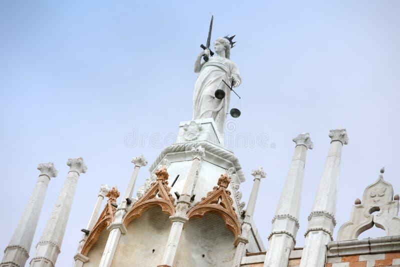 Arkitektonisk detalj av Palazo Ducale yttersida arkivbilder