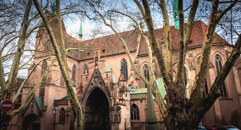 Arkitektonisk detalj av protestantkyrkan av St Peter det mer ung i Strasbourg arkivfoton