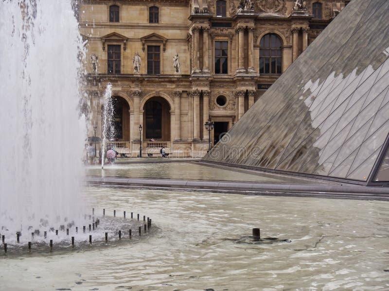 Arkitektonisk detalj, exponeringsglaspyramid, Louvremuseum, Paris, Frankrike arkivfoto