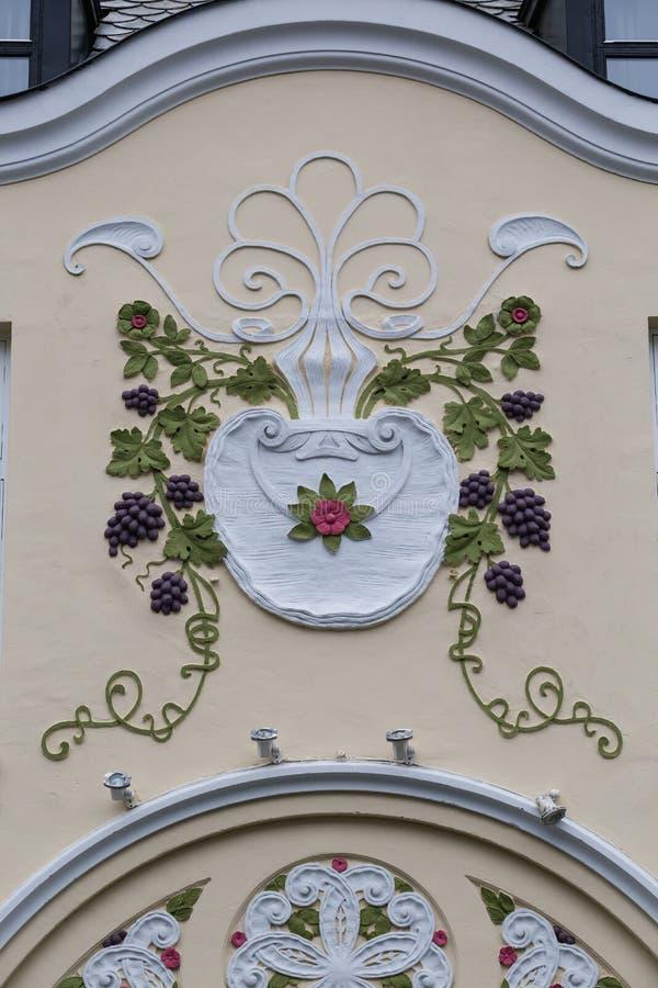 Arkitektonisk detalj - fasad av en Art Nouveau byggnad royaltyfri foto