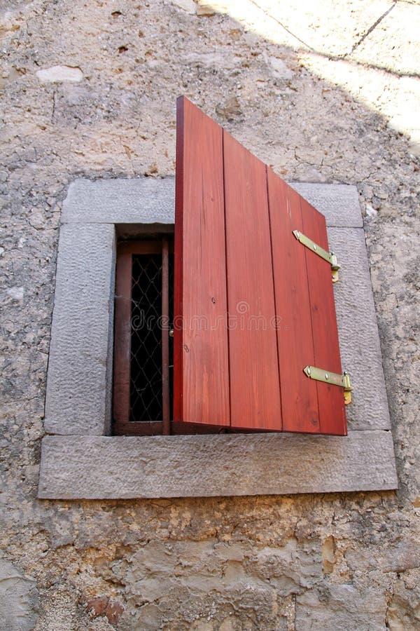 Arkitektonisk detalj: litet lantligt fönster på ett traditionellt medelhavs- hus Vertikalt format, naturligt ljus arkivbilder