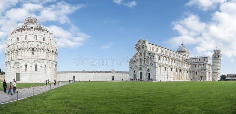 Arkitektonisk helhet av domkyrkan och tornet av Pisa royaltyfri bild