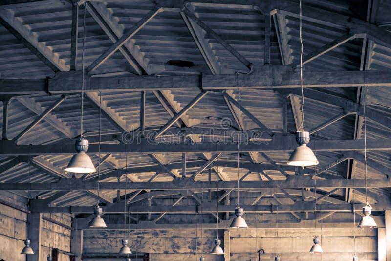 Arkitektonisk industriell bakgrund Tak, tak och belysning arkivbilder