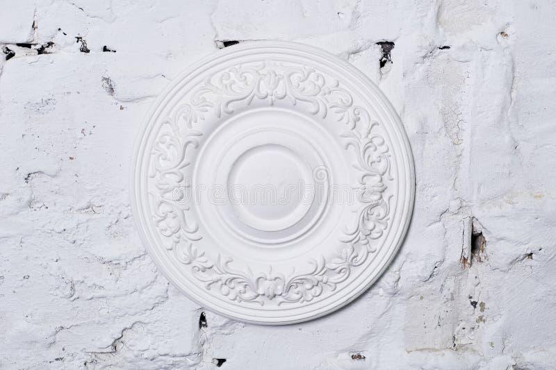 Arkitektonisk lyxig vit väggdesign med stöpningar arkivfoton