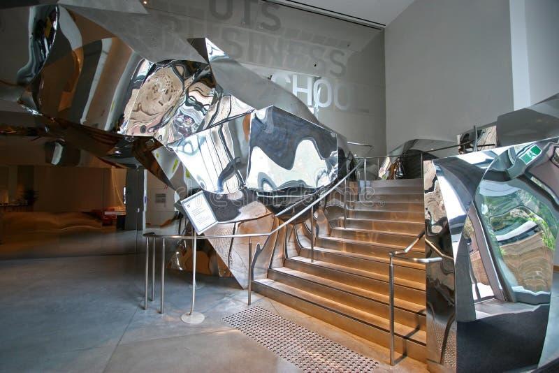 Arkitektonisk trappa för Twisty krom inom Dr Chau Chak Wing Building av Frank Gehry på universitetteknologi Sydney UTS, Australie royaltyfri bild